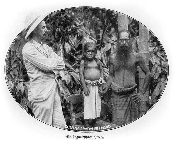 John Hagenbeck (left) with two Singhalesen Dorf (Sinhalese Village) performers